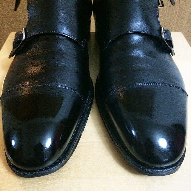 もちろんピカピカになると気分が良いというのもありますが、靴をなるべく長持ちさせる防汚・保護の目的もあります。貧乏性なので\u2026。(人によってはワックスを使わない